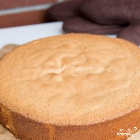 4. Готовность бисквита проверяйте деревянной зубочисткой. Когда она выйдет из теста сухой - бисквит готов. Выберите готовый бисквит из духовки и из формы.