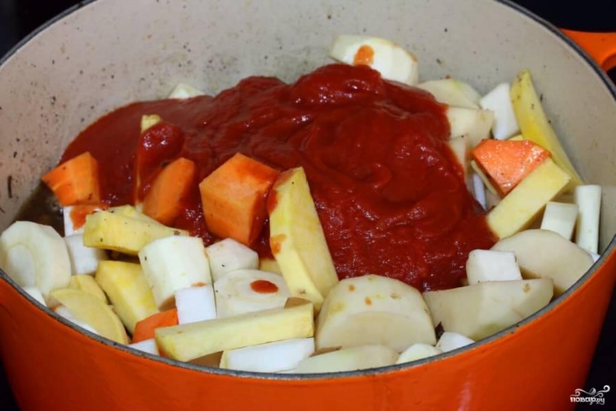 Картофель и дайкон очистите, нарежьте крупными кусочками. Туда же отправьте нарезанную свежую морковь и добавьте к овощам томатную пасту. В эту кастрюлю выложите обжаренную говядину, налейте 300 миллилитров воды.