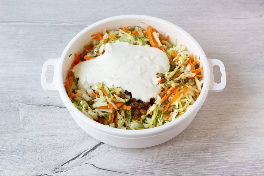Добавьте в салат и перемешайте. Дайте салату настояться 15-20 минут и подавайте к столу!