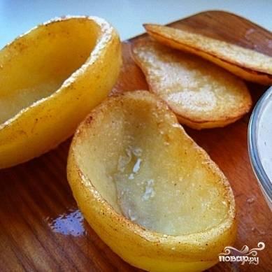 В сковороде растопим сливочное масло, положим туда наш картофель и обжарим до появления корочки.