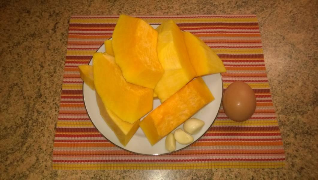 1. Подготовьте продукты: тыкву и чеснок надо почистить.