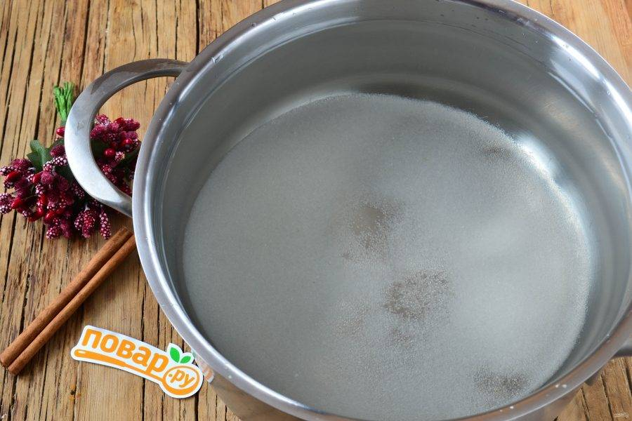 2. В воду всыпьте сахар и доведите до кипения.