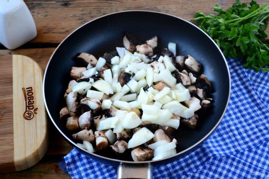 Лук мелко порубите. Шампиньоны порежьте небольшими кусочками. Обжарьте грибы вместе с луком на большом огне до румяности.
