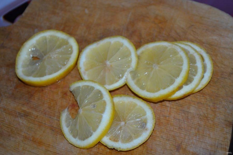 1. Этот маринад просто великолепен! По нему шашлык получается удивительно ароматным и вкусным. Итак, для начала нужно нарезать кольцами лимоны. На два килограмма мяса у меня уходит два лимона.