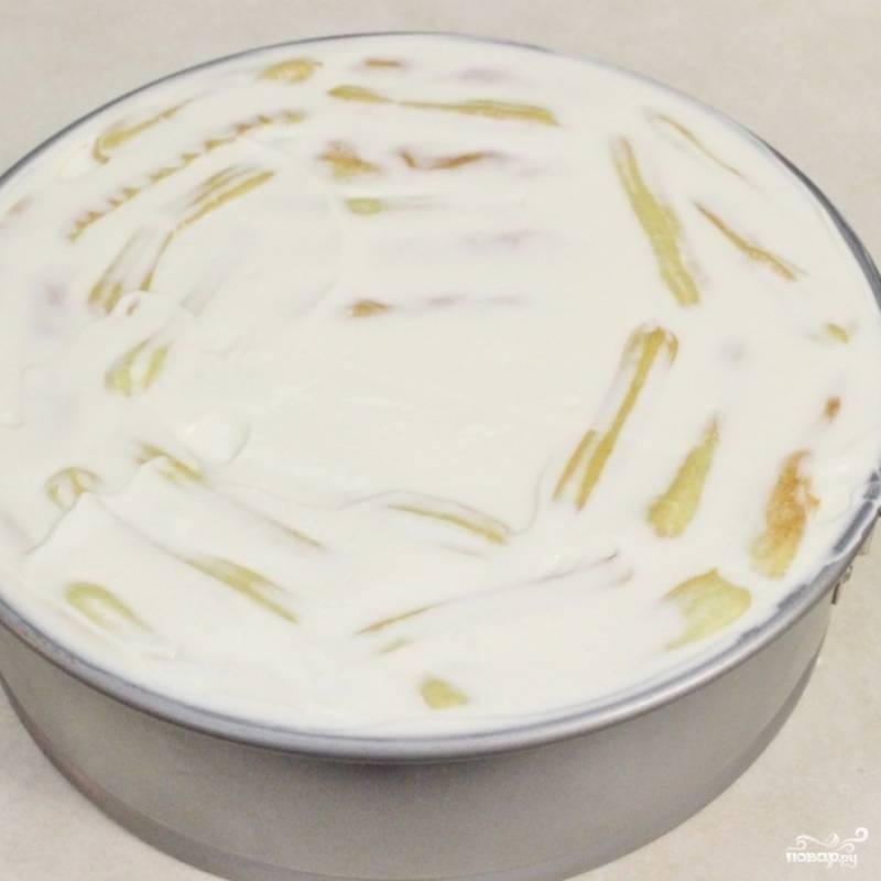 10. Таким образом заполните всю форму. Выложите оставшийся крем в посуду с крышкой и храните в холодильнике до времени, когда торт будем украшать.