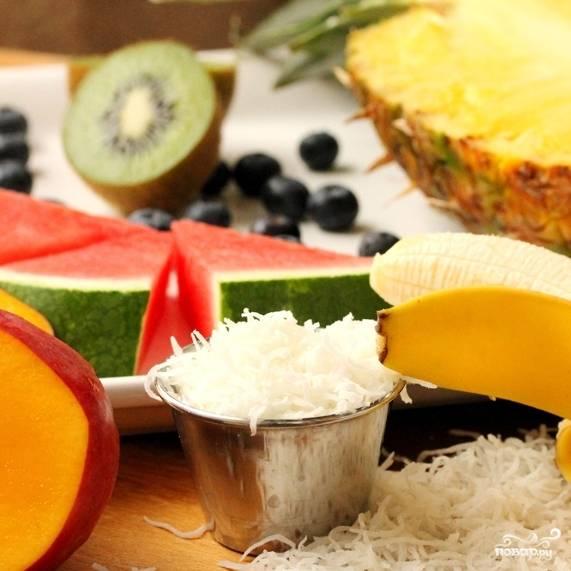 Итак, рассказываю, как приготовить фруктовый салат в ананасе из тех ингредиентов, что вы видите на фото. Впрочем, можете добавлять в салат и другие фрукты и ягоды на свое усмотрение - рецепт от этого не меняется.