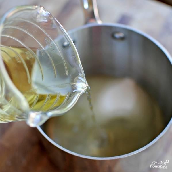 В ту же кастрюльку вливаем вино.