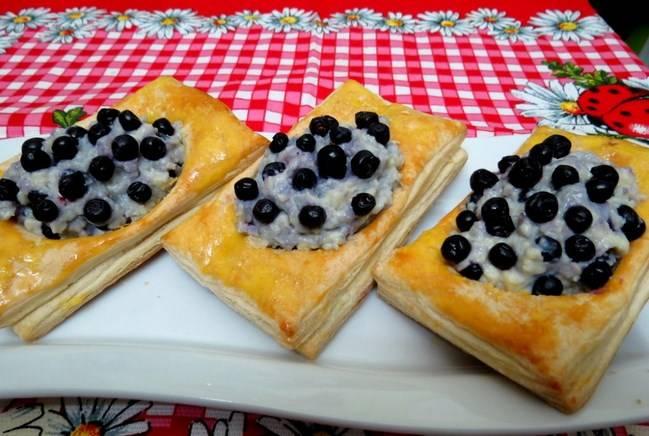 Пирожки с черникой из слоеного теста - пошаговый рецепт с фото на