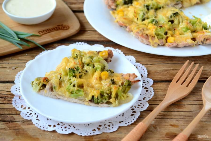 Пицца из куриного филе с сыром и брокколи