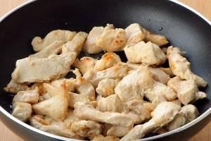 Обжарьте филе на подсолнечном масле, в течении 5 минут.