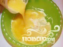 2. С помощью вилки взбиваем яйца с сахаром и выливаем яичную массу к сметане+манке.
