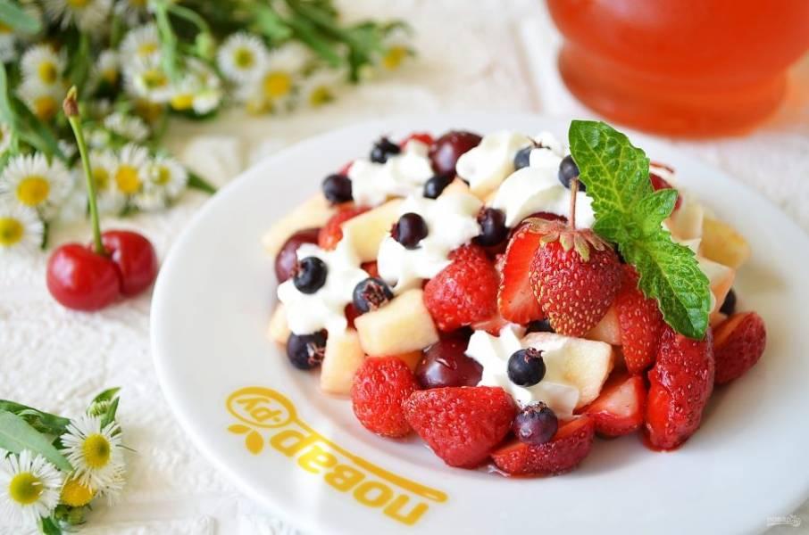 4. Готовый салат украсьте сливками, мятой и клубничкой. Приятного!