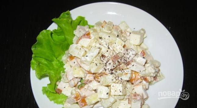 Салат из ананасов и копченой курицы
