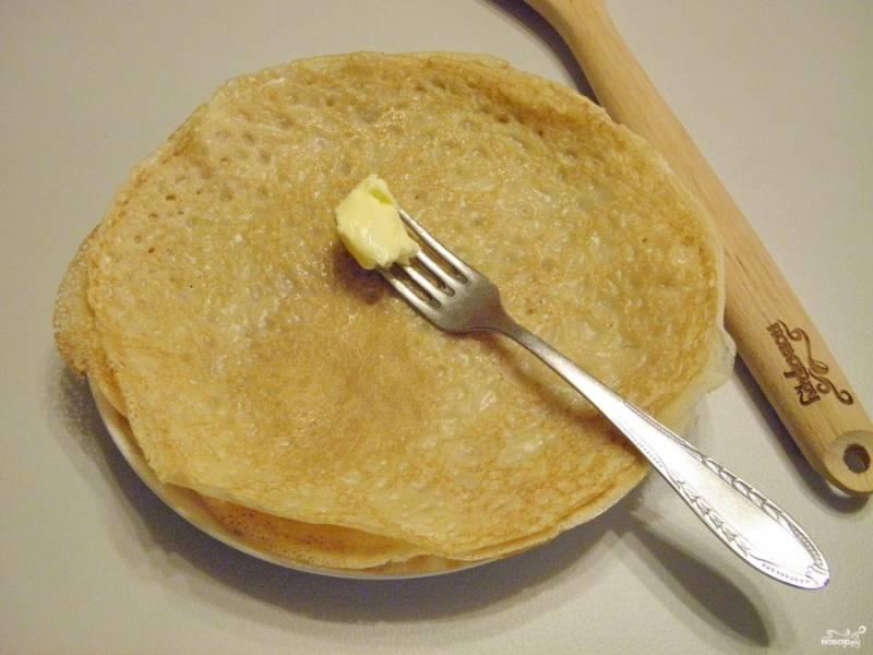 Каждый снятый со сковороды блин нужно смазать сливочным маслом.