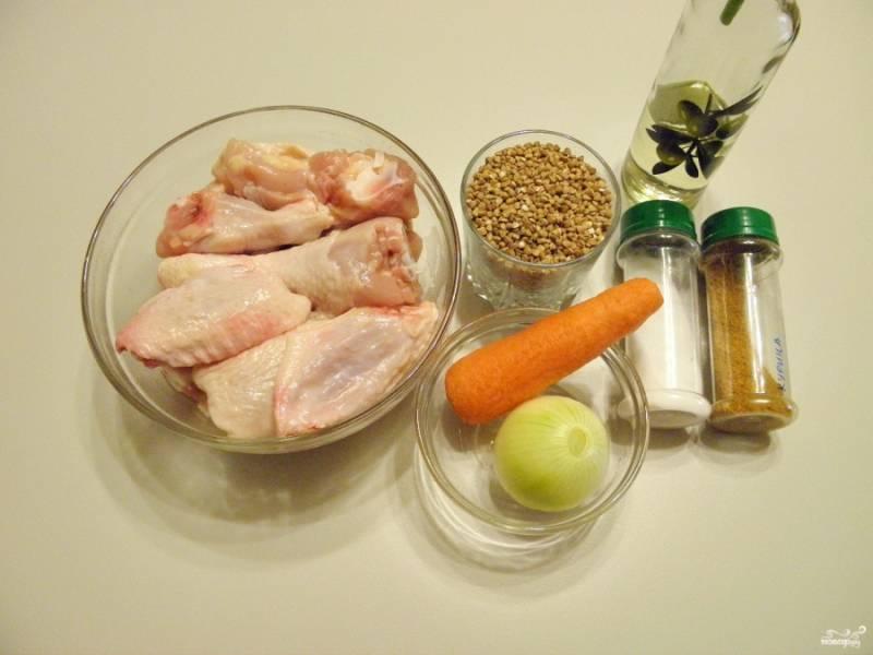 Подготовьте продукты. У меня была целая тушка курицы, я вырезала грудку и спинку, убрала, остальные части порубила на куски.