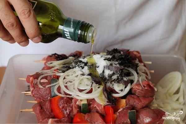 Теперь ключевой момент - хорошенько заливаем все содержимое контейнера качественным оливковым маслом. Благодаря этому говяжий шашлык будет мягким.