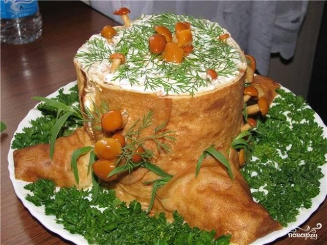 """Украсьте салат зеленью и опятами. Дайте волю своей фантазии, используйте любые овощи. Салат """"Пенек"""" с опятами готов. Приятного аппетита!"""