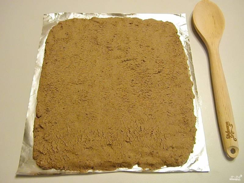Возьмите прямоугольник фольги. Смажьте его растительным маслом, разложите ровным слоем паштет из печени.