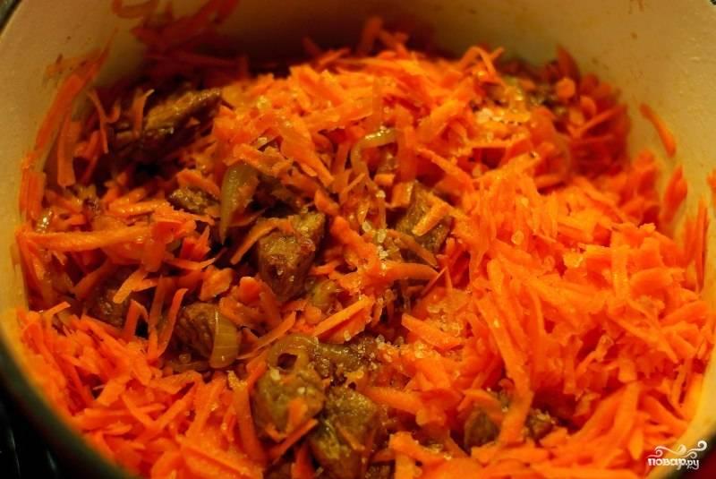 Затем добавляем натертую на средней терке морковь и обжариваем.