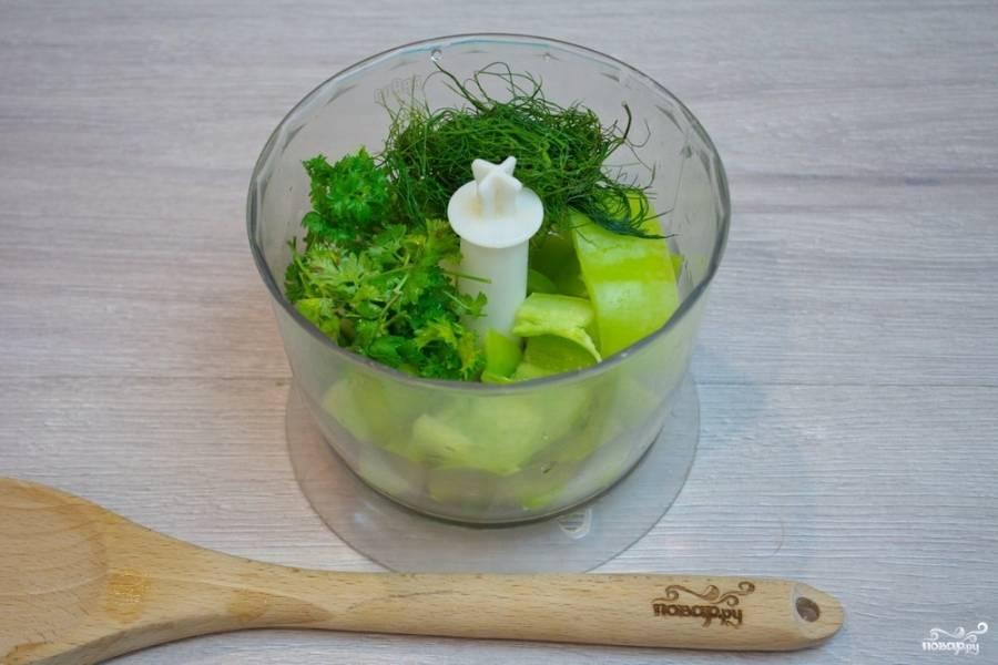 Вымойте и просушите зелень. В блендер отправьте соль, молотый кориандр, орегано, свежую кинзу, другие травы.