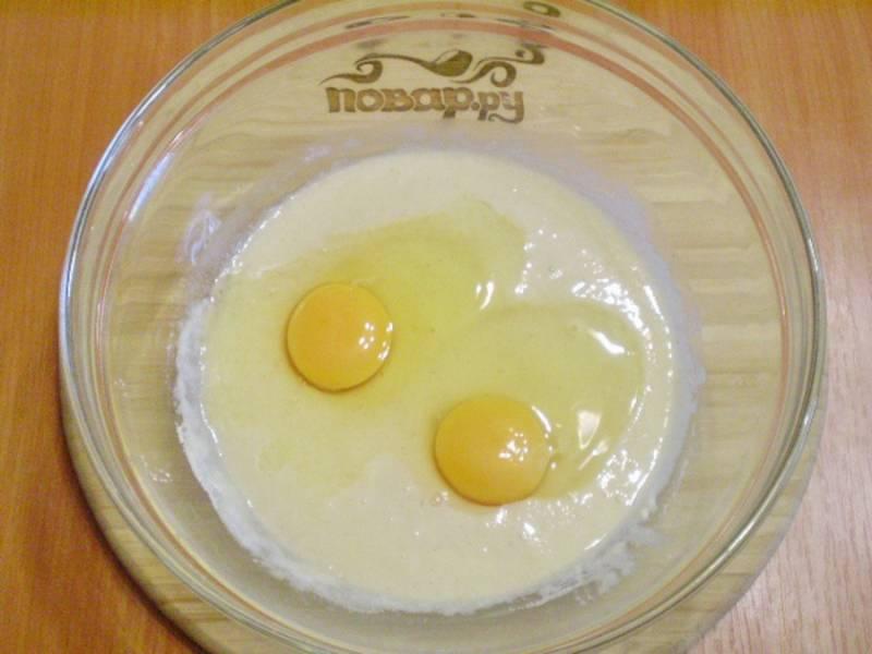 Затем добавьте яйца, сливочное масло, ванилин или корицу.