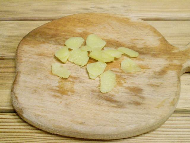 4. Корень имбиря вымыть, срезать кожуру, нарезать тонкими пластинками.