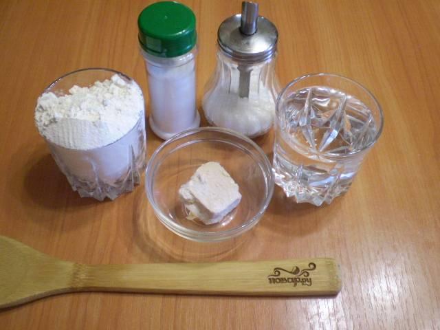 Подготовьте продукты для хлеба. Воду подогрейте до 40 градусов.