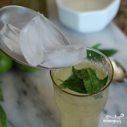 Смешиваем жидкости в вышеуказанных пропорциях, разливаем ее по стаканам. Непосредственно в стаканы добавляем лед.