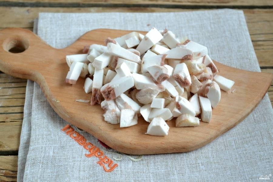 Шампиньоны очистите и нарежьте мелкими кусочками. Обжарьте шампиньоны на сковороде до готовности, посолив и поперчив по вкусу.