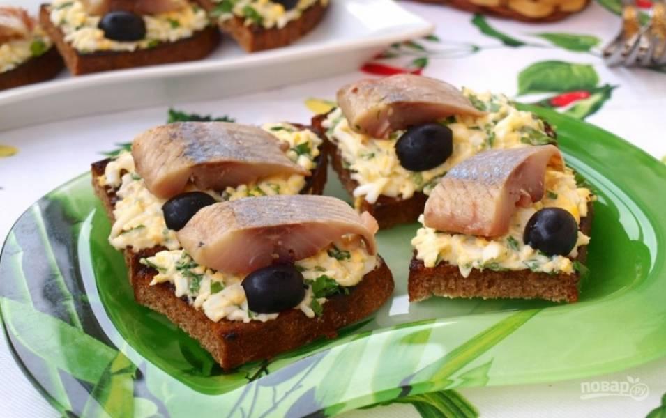 Гренки с яйцом и селедкой - пошаговый рецепт