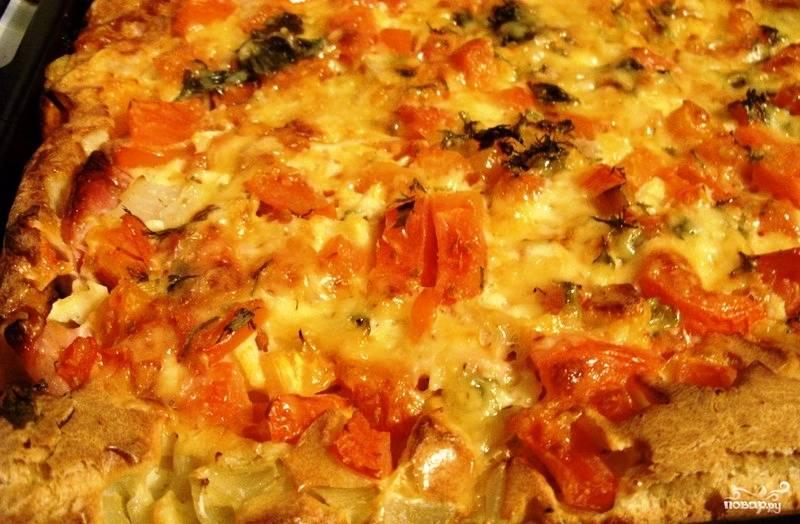 Как только сыр расплавится, а тесто немного затвердеет, пиццу можно доставать из духовки.