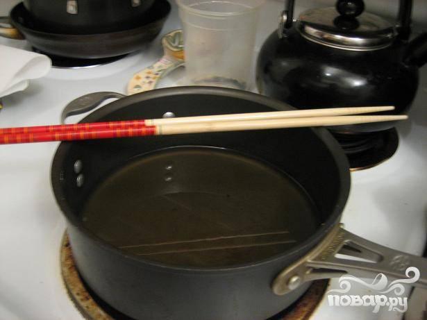 5.В глубокой сковороде разогрейте масло на среднем огне. Не жалейте масла, оно должно полностью покрывать роллы. Перед тем, как жарить роллы, убедитесь, что масло хорошо разогрелось. Так роллы будут готовы быстрее и не впитают много масла во время жарки.