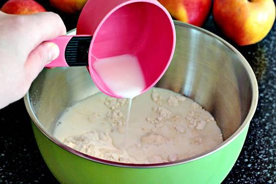 5. Теперь можно приступить к тесту. Муку просеять и соединить с молоком, взбитым яйцом, щепоткой соли и небольшим количеством сахара.