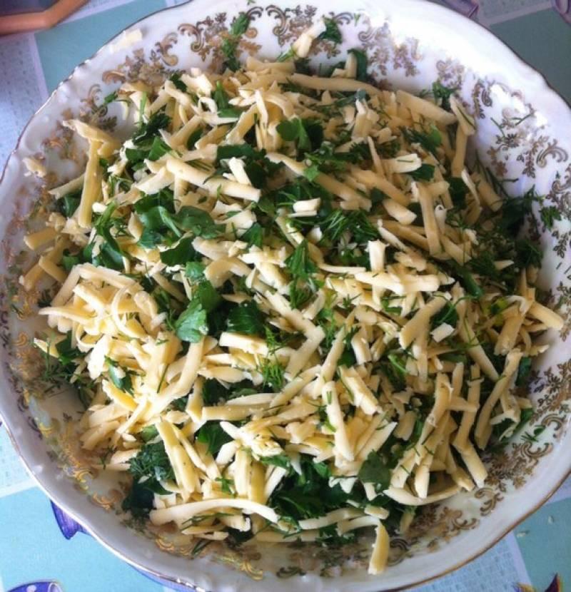 Трем на терке сыр и измельчаем зелень.