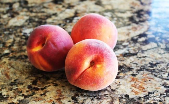 Персики почистите от кожицы и нарежьте небольшими дольками. Смешайте в миске с мускатным орехом и оставшимся сахаром. Дайте им постоять 10 минут, тогда они получатся очень сочными!