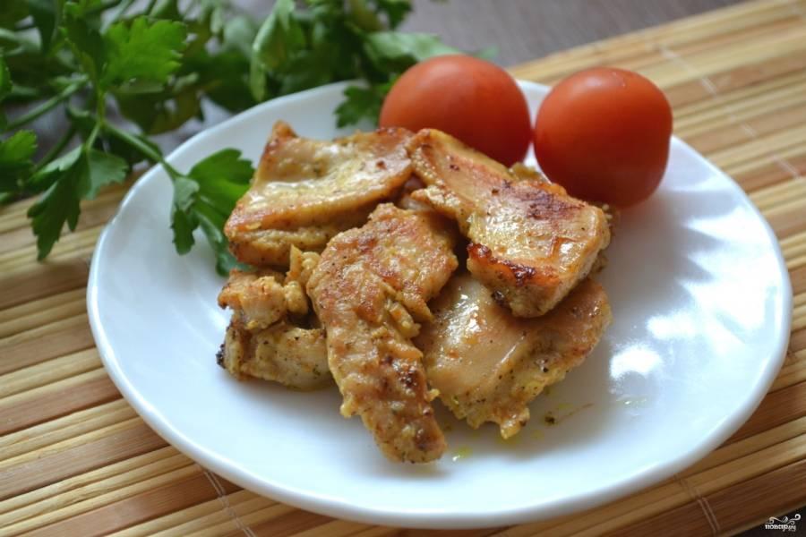 Обжарьте филе индейки на сковороде или запеките в духовке. Подавайте с гарниром или в качестве закуски. Приятного аппетита!