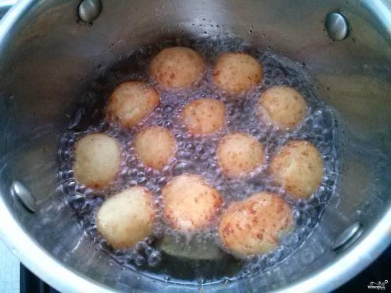 4.     Обжарьте творожные шарики во фритюре в течение 2-3 минут до равномерного румяного цвета, переворачивая их шумовкой.