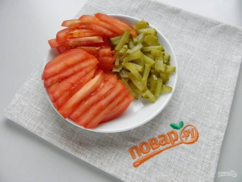 Порежьте дольками помидор и соломкой огурец.