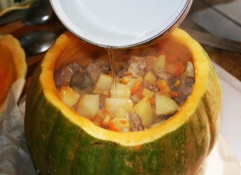 5. Перекладываем эту смесь в тыкву, добавим мякоть тыквы без семечек, еще немного воды или бульона, накрываем тыквенной крышечкой, и отправим в разогретую духовку на 30-40 минут.
