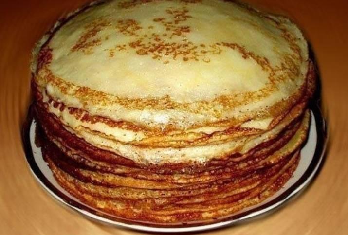Разогрейте сковороду, добавьте масло. Выпекайте блины по 1-2 минуты с каждой стороны, до красивого румяного цвета. Приятного аппетита!
