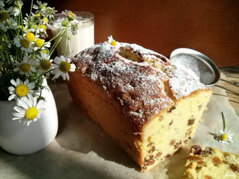 Готовый кекс остудите в форме, при желании посыпьте сахарной пудрой.  Кстати, на следующий день кекс будет намного вкуснее. Приятного аппетита!