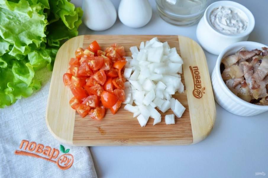 Вымытые и очищенные овощи порежьте кубиками.