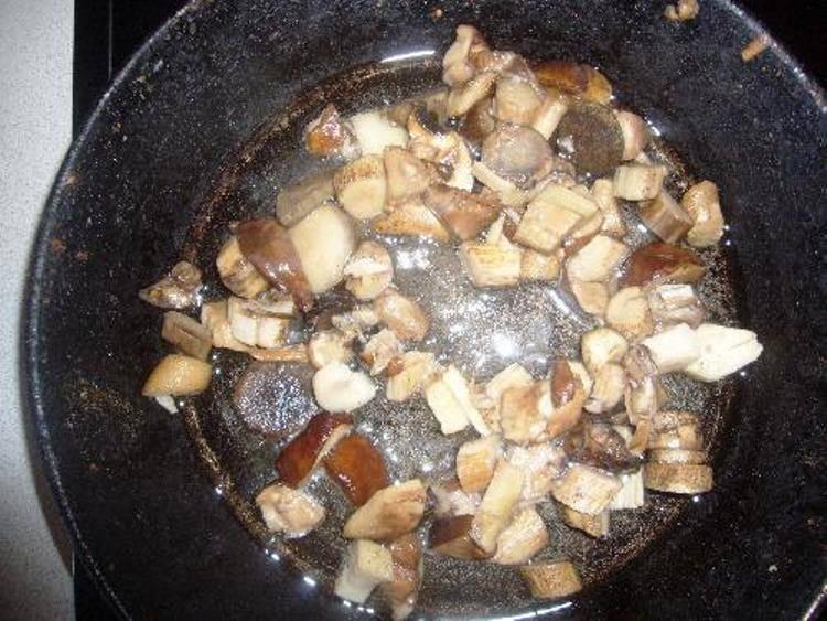 Грибы порежьте и обжарьте на растительном масле минут 15.