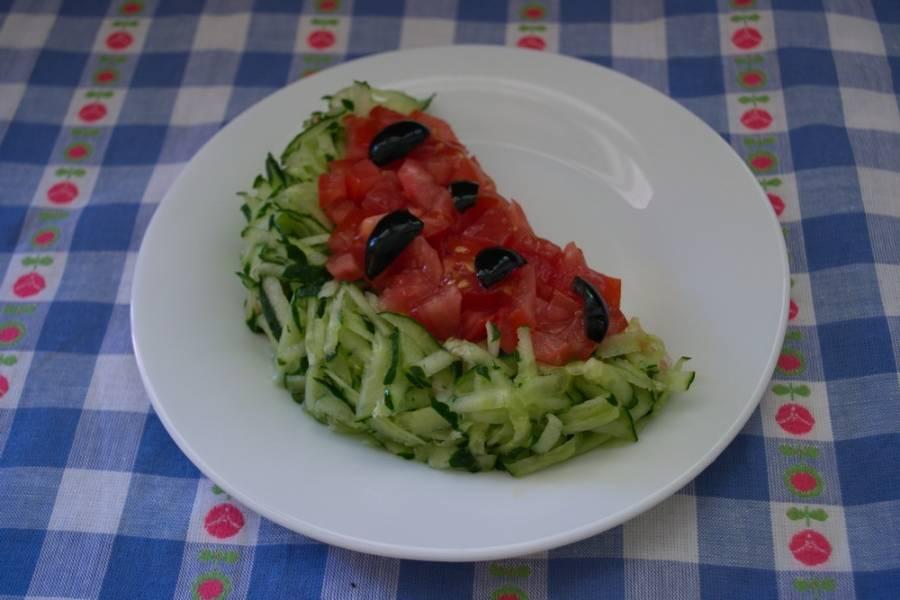 5. Из 2-3 маслин сделайте подобие семян арбуза. Выложите кусочки маслин сверху.