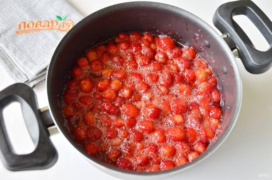 5. Если ягоды дали достаточно сока, то воду добавлять не нужно. Если клубника сухая, если весна была засушливой, то добавьте немного воды.