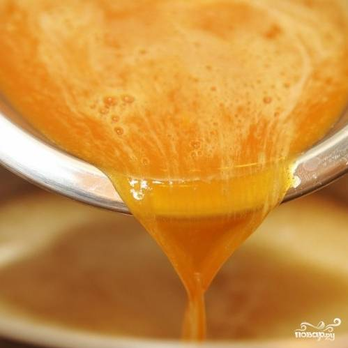 Когда смесь начнет медленно кипеть, вводим в кастрюлю смесь яиц с содой, приготовленную в самом начале.