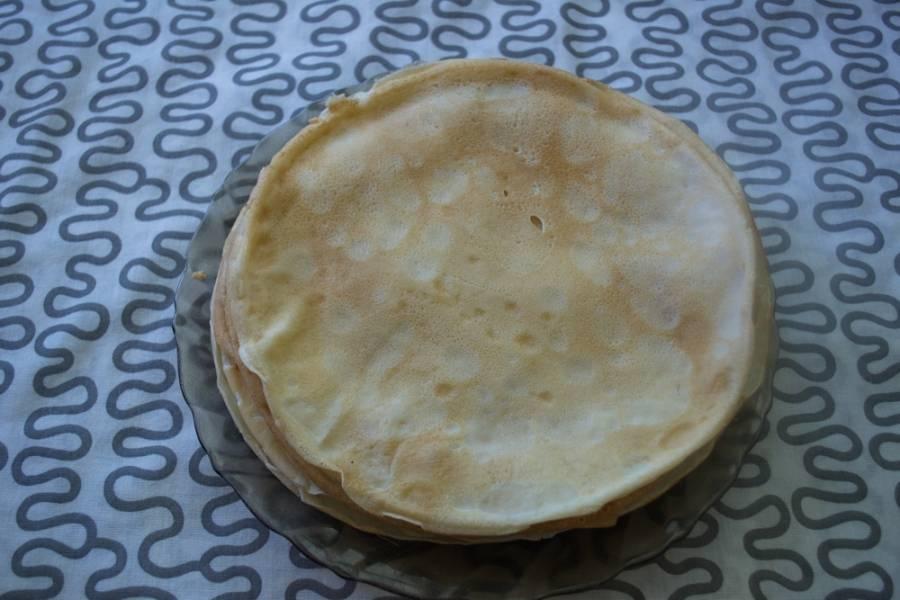 В тесто добавьте 3 ст. л. растительного масла. Дайте постоять 10 минут. Обжарьте блины на сковороде привычным способом.