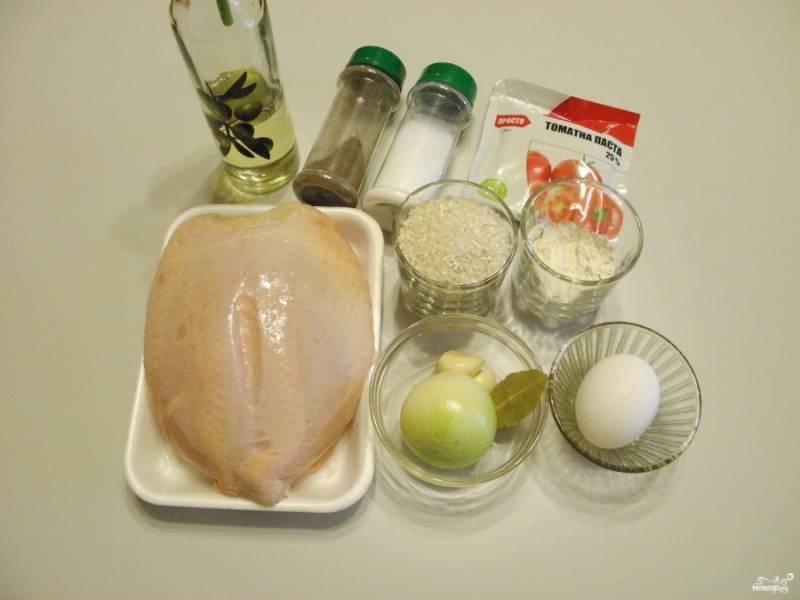 Приготовьте продукты для тефтелей. Также понадобится мясорубка или блендер для измельчения мяса.