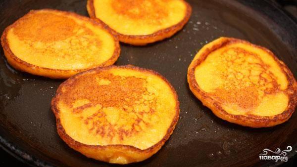 Оладьи получаются очень красивые, ярко-оранжевого цвета (благодаря тыкве). Подавать лучше горячими. Приятного аппетита!