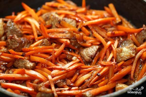 Затем добавляем морковь и жарим еще 3-4 минуты.